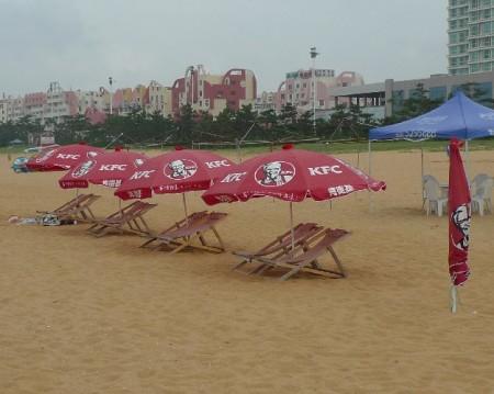 a-kfc-parasollen-strand-weihai-1