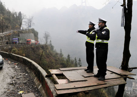 a-politie-bergweg-china-1